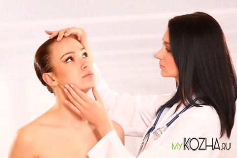 дерматолог-смотрит-лицо